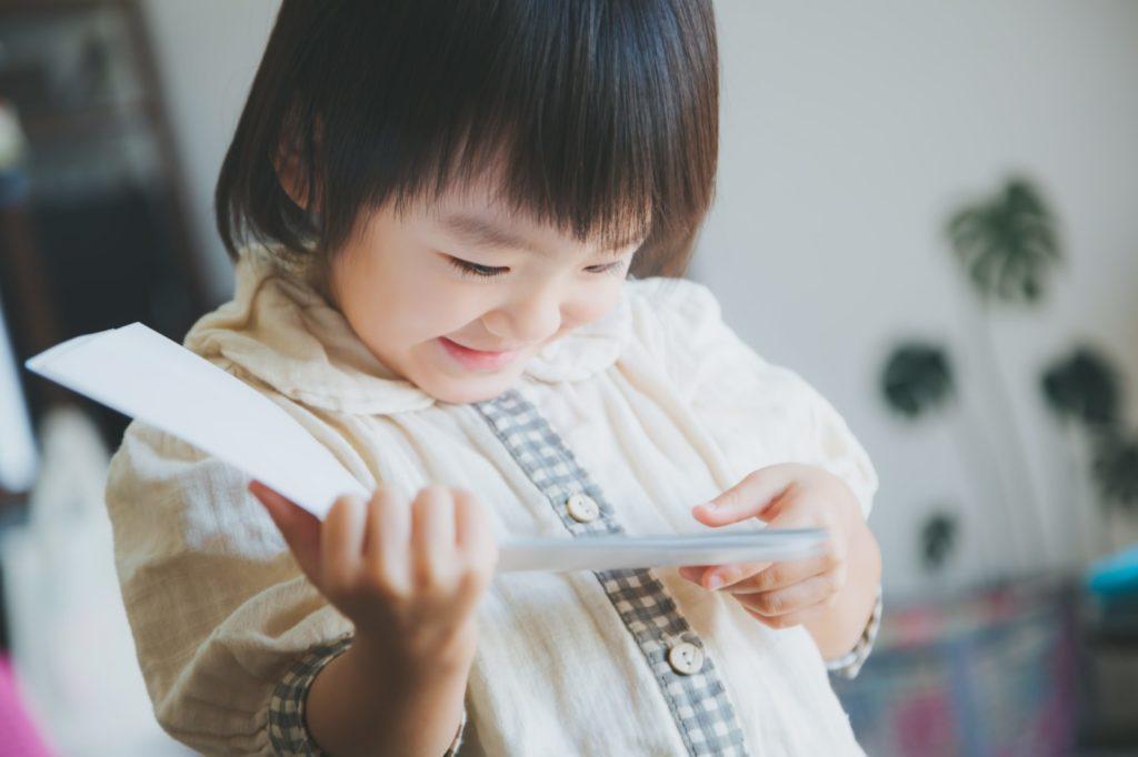 本を楽しく読む子ども