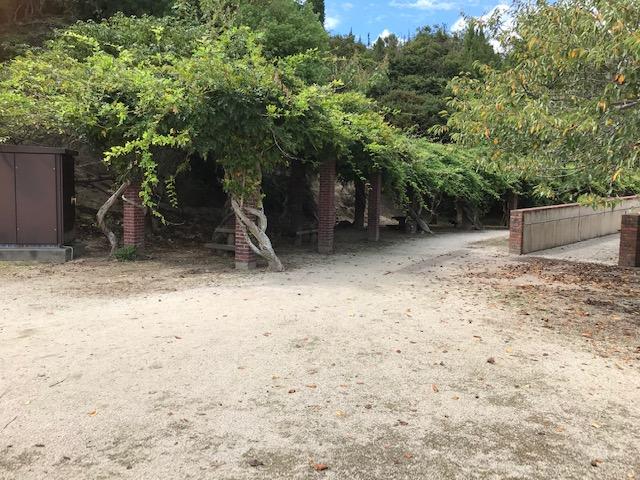 大久野島には木蔭で休憩できる場所がある